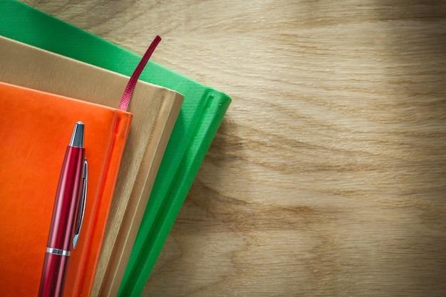 Office notebooks balpen op een houten bord