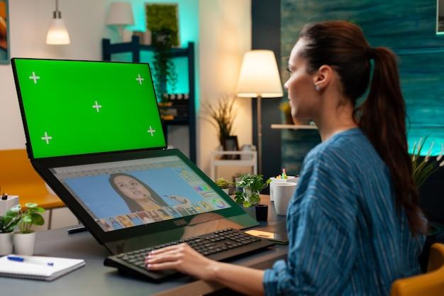 Office studio werknemer werkt met groen scherm
