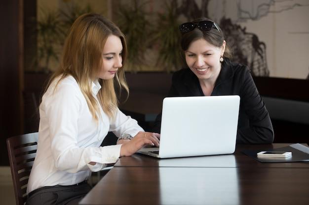 Office vrouwen met laptop
