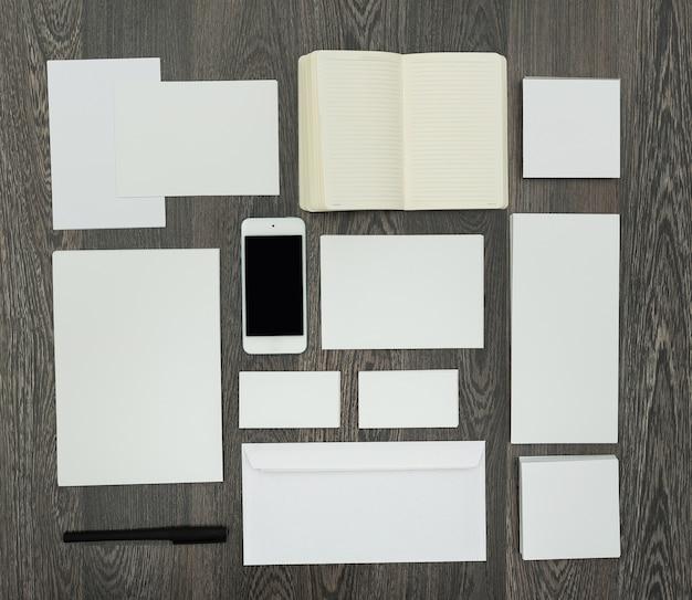 Office werkplek met telefoon met kopie ruimte op het scherm, branding elementen