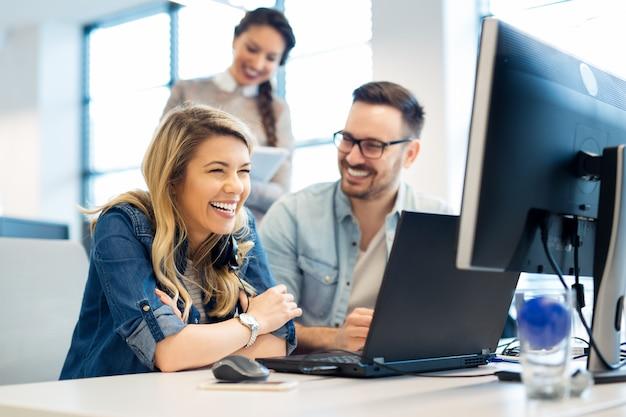 Officemanager die aan nieuwe werknemer uitlegt wat haar taak is in het callcenter.