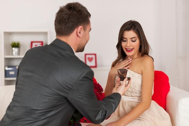 Officiële verloving met ring en boeket van rode rozen