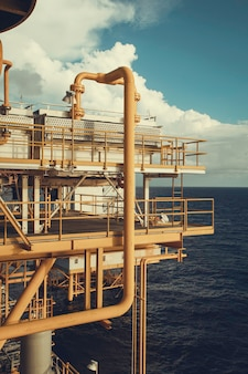 Offshore de industrie olie- en gasproductie aardoliepijpleiding.