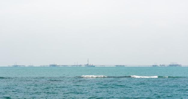 Offshore-olieplatforms in blauwe zee bij mistig weer