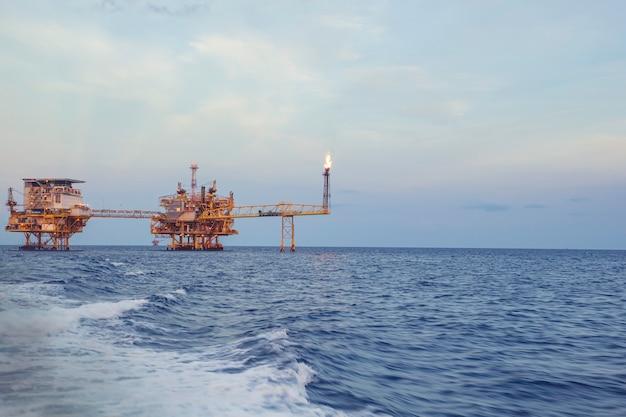 Offshore platform industrie in de zee is een natuurlijke olie- en gasproductie aardoliepijpleiding.