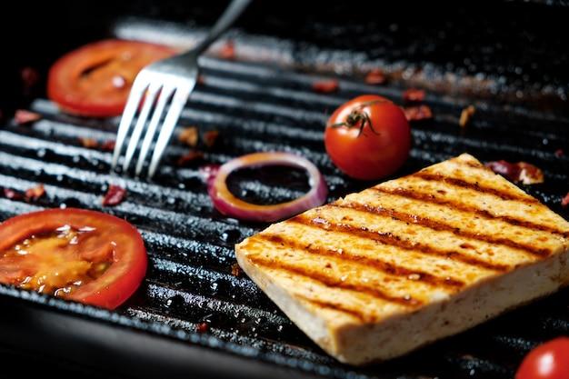 Ofu op de grill op tafel op een zwarte achtergrond, uitzicht vanaf de top.