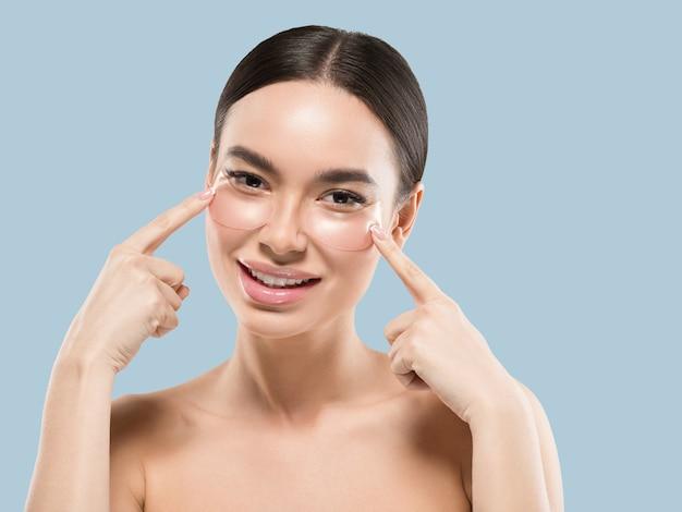 Ogen maskeren aziatische vrouw gezicht cosmetica. kleur achtergrond. blauw
