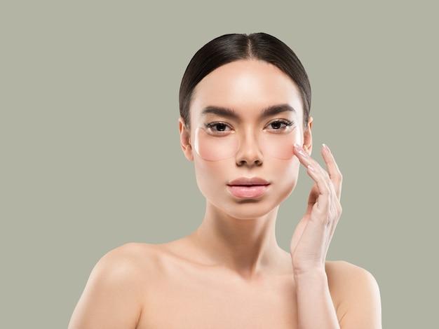 Ogen maskeren aziatische vrouw gezicht cosmetica. kleur achtergrond. groente