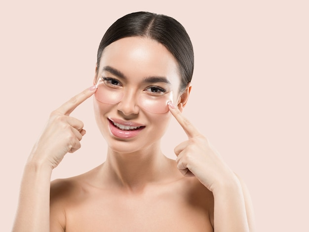 Ogen maskeren aziatische vrouw gezicht cosmetica. kleur achtergrond. roze