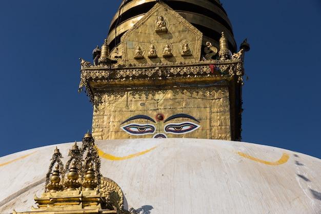 Ogen van de boeddha op de boudhanath stupa in kathmandu