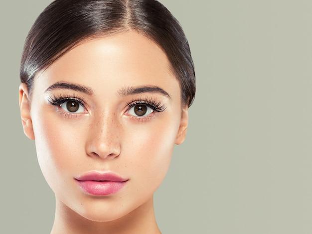 Ogen wimpers vrouw gezicht close-up natuurlijke make-up gezonde huid. studio opname.