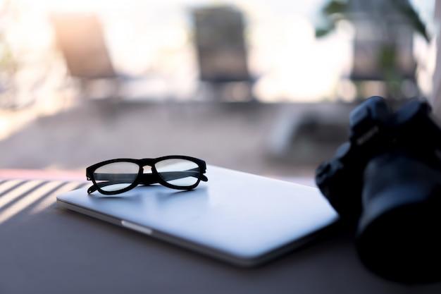 Ogenglazen op laptop. reiziger op het conceptenconcept van de de zomervakantie