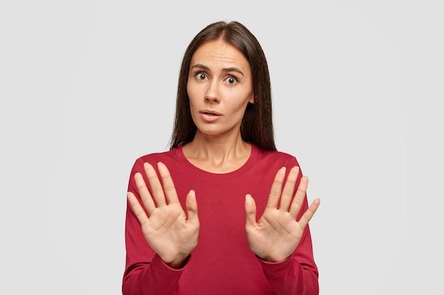 Oh nee, stop daar. ernstige mooie vrouw verwerpt aanbod, trekt handpalmen in geen enkel gebaar