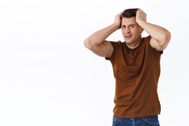 Oh nee wat heb ik gedaan. portret van een volwassen man in paniek, grijpt het hoofd en schudt het in ontkenning