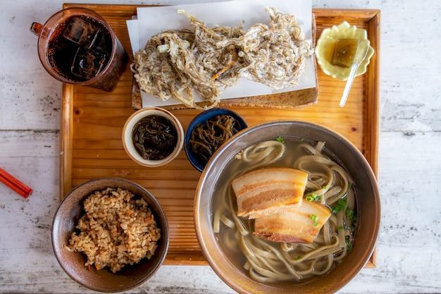 Okinawa soba-noedels met zachte bouillon van varkensvlees.