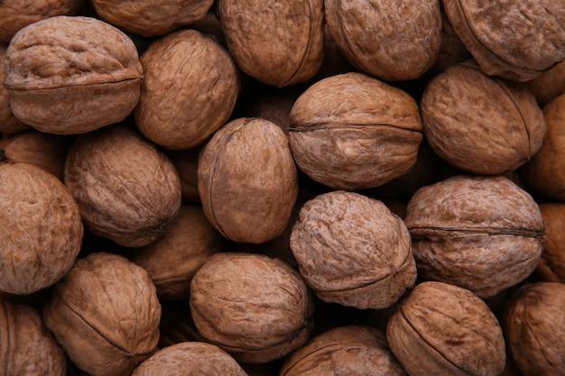 Okkernotenpitten op blauwe houten achtergrond. walnoot gezond voedsel