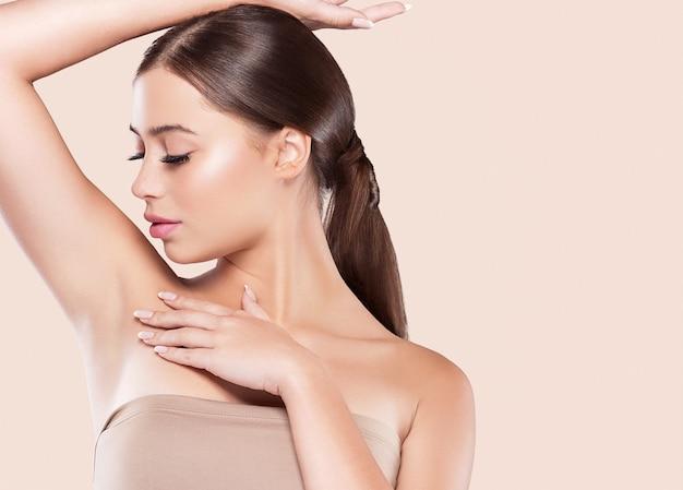 Oksel vrouw gezonde huid ontharing concept vrouw hand omhoog. kleur bakgrond. studio opname.