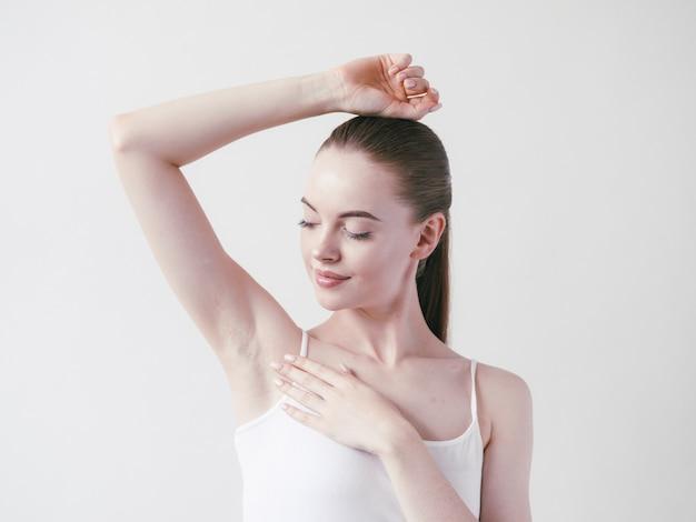 Oksels vrouw mooi lichaam ontharen armen omhoog vrouwelijke schoonheid