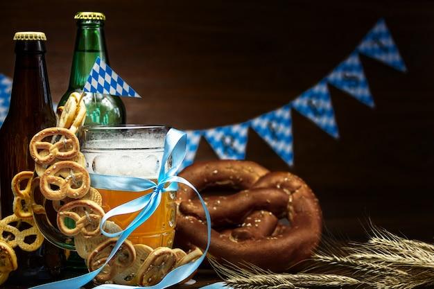 Oktober fest concept. houten tafel in pub mok pint glazen kopje bier