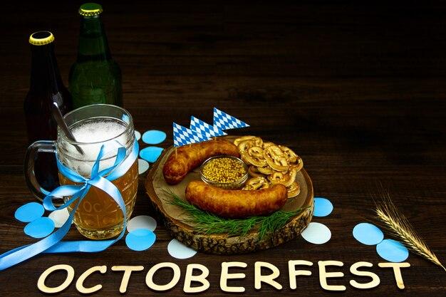 Oktober fest concept. houten tafel in pub pint glazen kopje bier