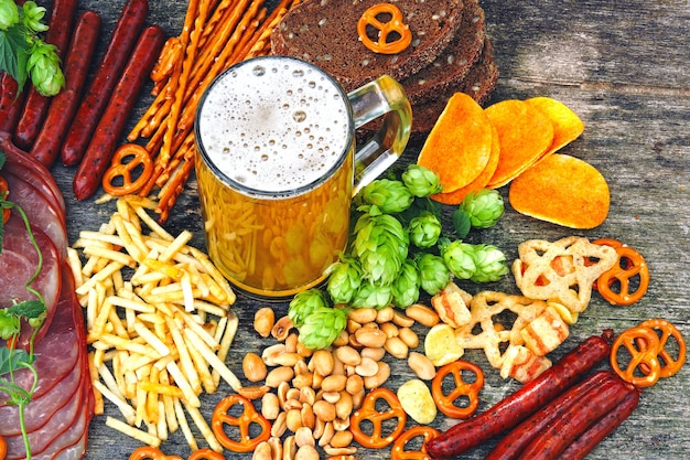 Oktober fest. glas bier en bier snacks.