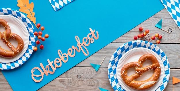 Oktoberfest banner met pretzels en blauw-witte decoraties, tekstruimte