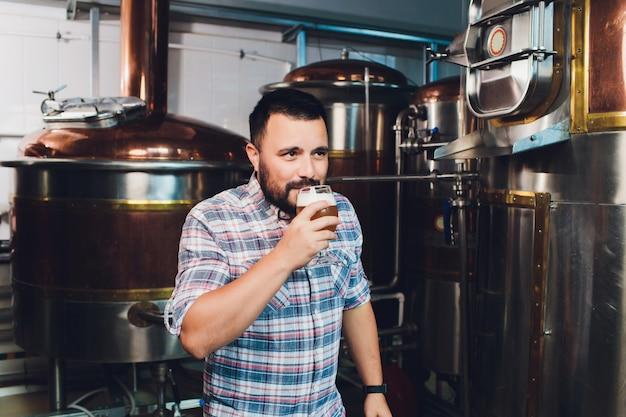 Oktoberfest festival. vers gebrouwen bier proeven. brouwer houdt glas met ambachtelijk bier. brouwerij concept. man met bier van mok. alcohol. mannelijke brouwer houdt glas met bier. oktoberfeest. barman. brewer.