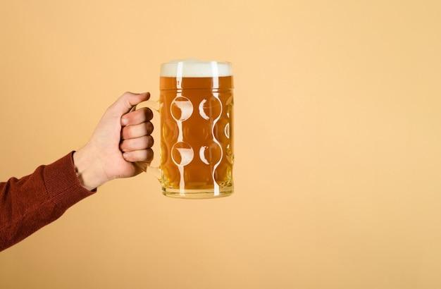 Oktoberfest man hand houdt glas bier van de tap vers koud bier in glas in de hand bier pub
