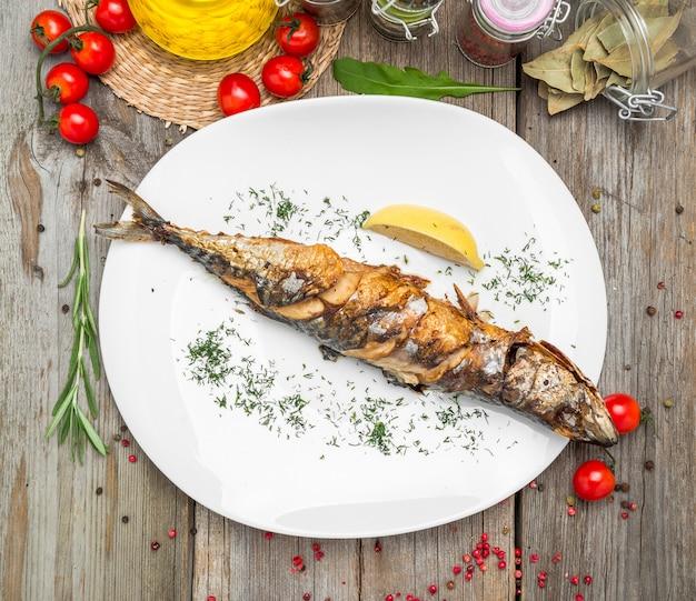 Oktoberfest-menu. gegrilde makreel vis met bier en krakeling geserveerd