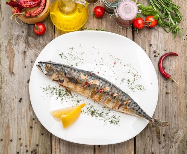 Oktoberfest-menu. gegrilde makreelvis met bier en krakeling geserveerd