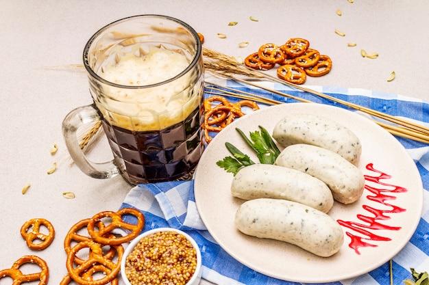 Oktoberfest set. donker bier, weisswurst, pretzels, mosterd, aartjes graan, hop