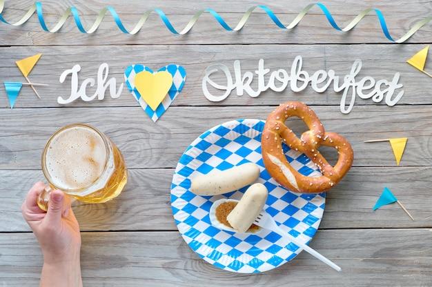 Oktoberfest, traditioneel festivaleten: witte worstjes, krakeling en bier