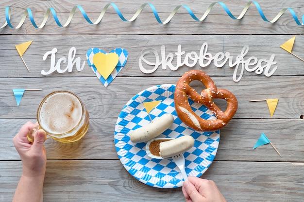 Oktoberfest, traditioneel festivalvoedsel: witte worstjes, krakeling en bier