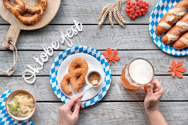 Oktoberfest traditionele gerechten en bier, plat lag op houten tafel