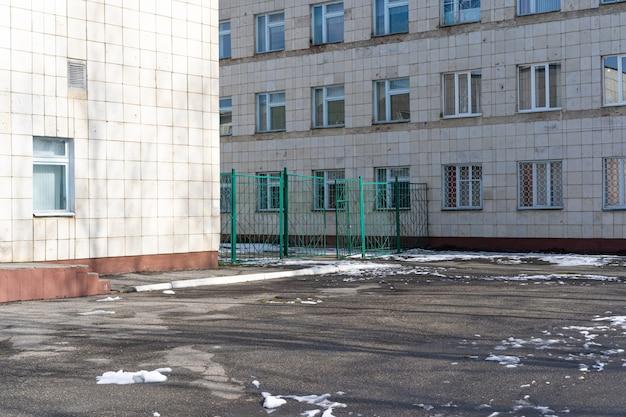 Old schoolplein in het voorjaar