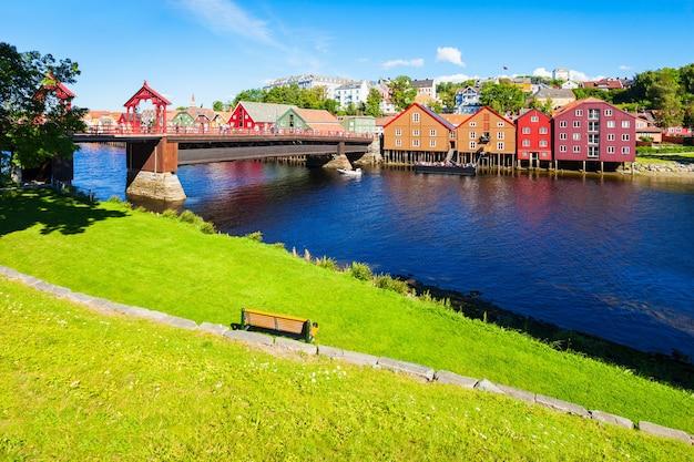 Old town bridge of gamle bybro of bybroa is een brug over de rivier de nidelva in trondheim, noorwegen