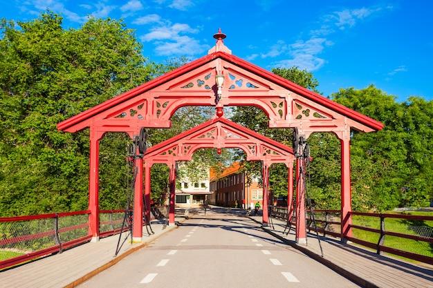 Old town bridge of gamle bybro of bybroa is een brug over de rivier de nidelva in trondheim, noorwegen Premium Foto