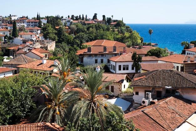 Old town kaleici met rode pannendaken aan de middellandse zeekust
