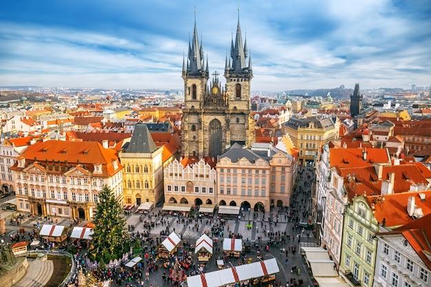 Old town square kerstmarkt van bovenaf in praag, tsjechië