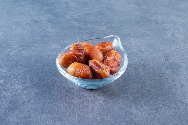 Oleaster in een glazen kom, op het marmeren oppervlak