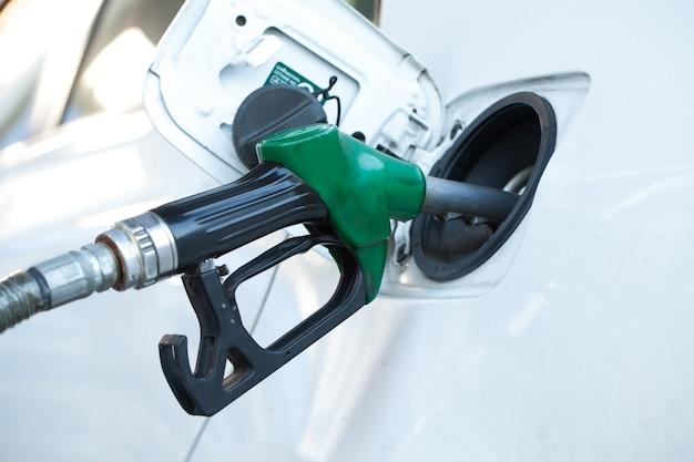 Olie bijvullen en bijvullen brandstof bij het station