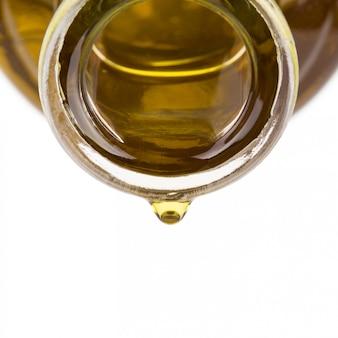 Olie druppel op een fles.