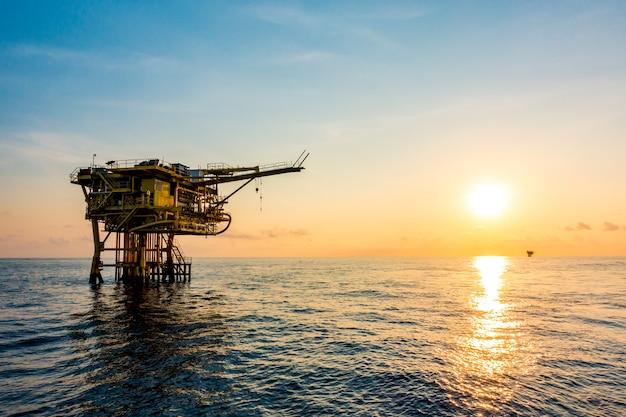 Olie- en gasplatform in de golf of de zee, de wereldenergie, offshore olie- en boorconstructies
