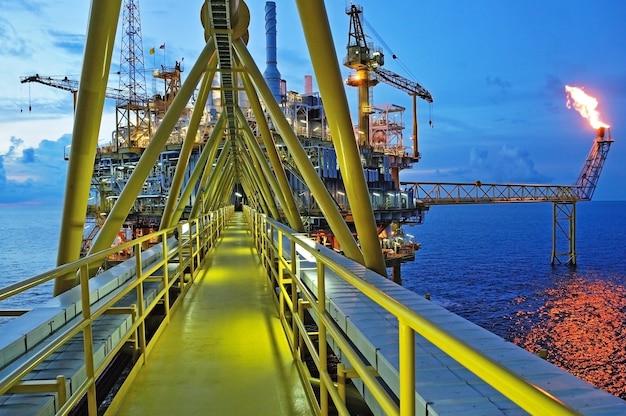 Olie- en gasproductieplatform en exploratie-activiteiten in de golf van thailand