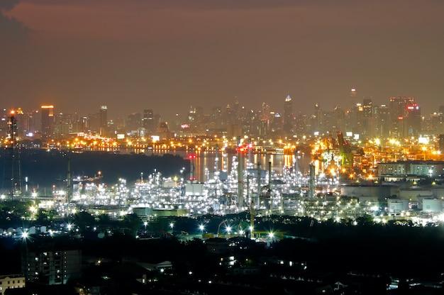 Olie- en gasraffinaderij-industrie bij zonsondergang