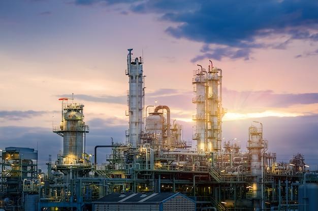 Olie- en gasraffinaderij of petrochemische industrie op sky zonsondergang, fabriek 's avonds, productie van petroleum industriële installaties