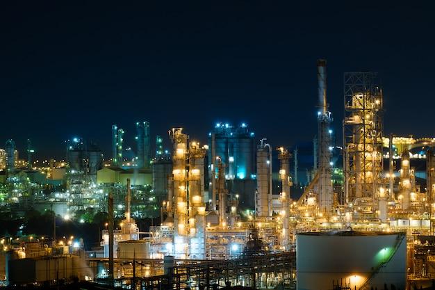 Olie- en gasraffinaderijfabriek met glitterverlichting, fabriek 's nachts, petrochemische fabriek, productie van de olie-industrie