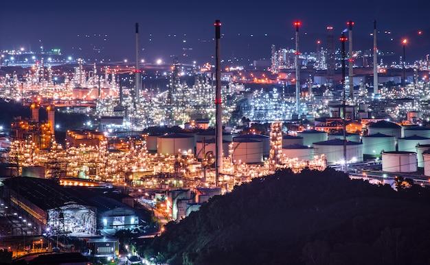 Olie- en gasraffinaderijinstallatie uit industriezone, raffinaderijfabriek olieopslagtank