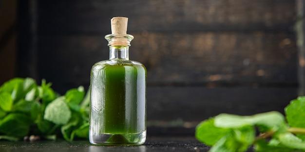 Olie groene kruiden en specerijen knoflook peterselie dille basilicum verse munt maaltijd snack op tafel