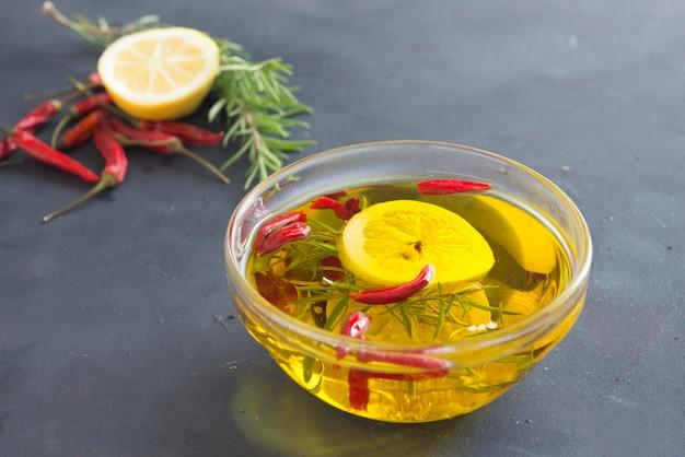 Olie met citroen, knoflook, rozemarijn en fris